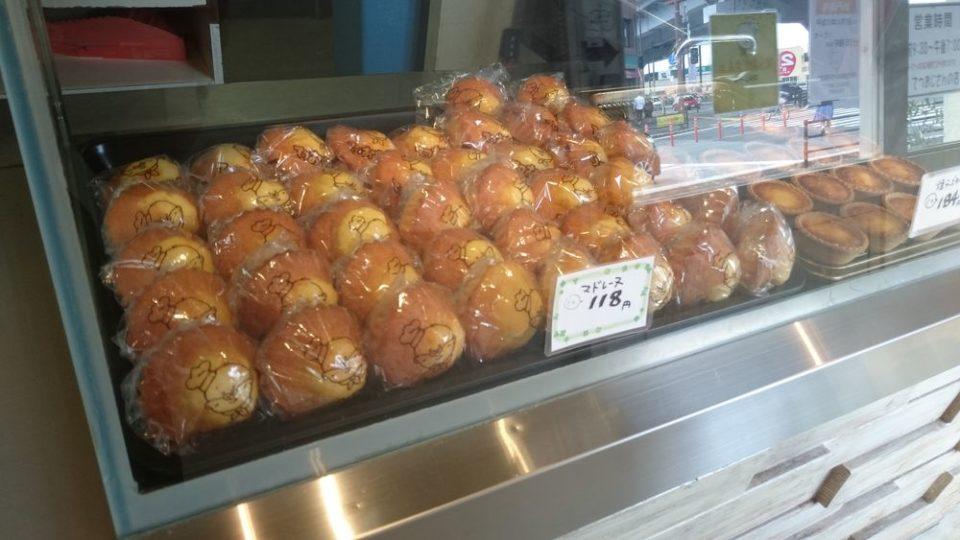 てつおじさんのチーズケーキ福岡次郎丸本店 店内のマドレーヌ