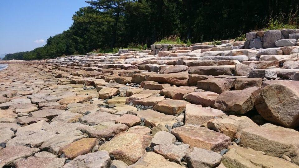 生の松原 海岸線に岩