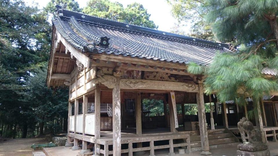 糸島 宇美八幡宮 拝殿を横から見たところ