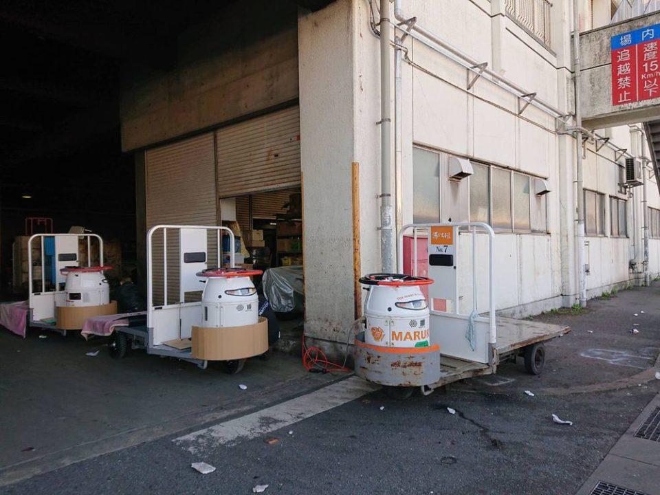 博多魚がし 西側食堂街店 こういうところを通ります