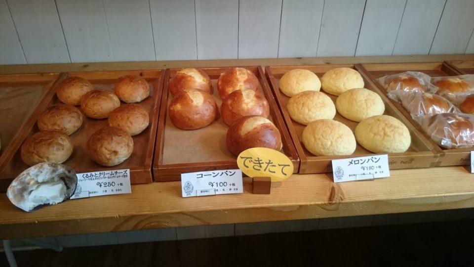 レフレールドゥパン/三兄弟のパン屋さん 店内のメロンパンや焼き立てコーンパン